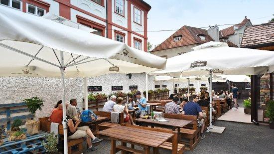 U Zlate Hrusky Restaurant: Summer garden