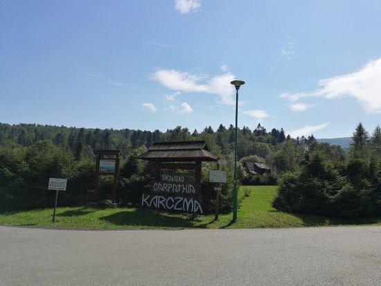 Muczne, โปแลนด์: Oznakowanie karczmy w pobliżu wejścia