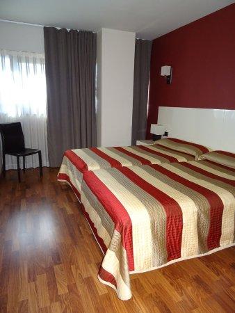 Hotel AH San Fermin Pamplona: Grande chambre climatisée