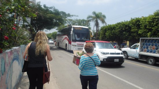 Casa de la Abuela: A 200 mts. del hotel pasa el autobús te lleva Jocoteec o a Tonalá al Mercado de Artesanías