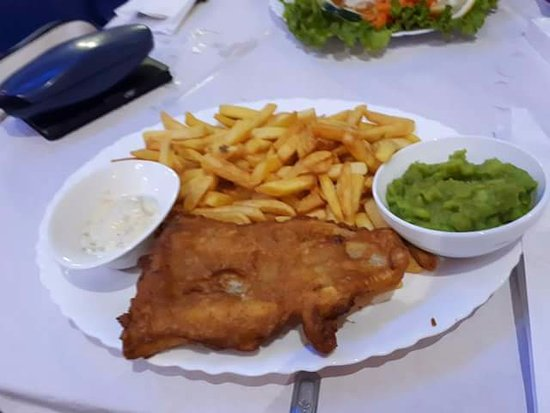Eddy's Bar: Cod in a light, crispy batter, served with chips and mushy peas - delicious!