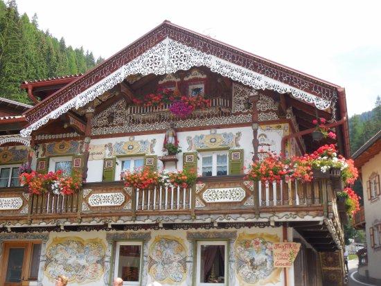 Canazei, Italy: casa di un artista locale