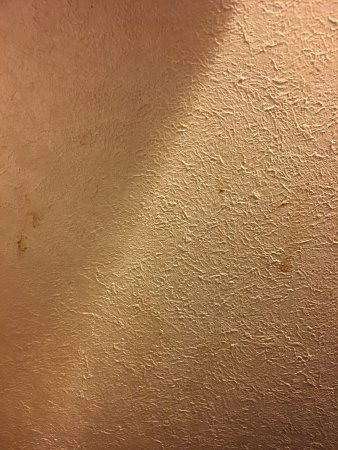 วอชิงตัน, อินเดียน่า: Dirt & mold in plastic wall corner covers, splatters all over the walls, sink was filthy, stains