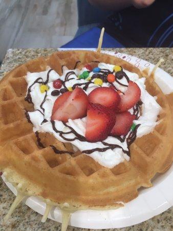 Mary Esther, فلوريدا: Mein Sohn war absolut begeistert von seiner selbstgemachten Waffel mit Sahne, Erdbeeren und M&ms