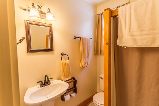 ADK Trail Inn: A sample of what many of our bathrooms look like