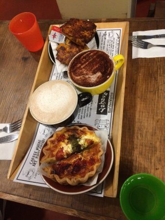 Henley Brook, Australia: Neat tray with quiche, muffin and hot drinks