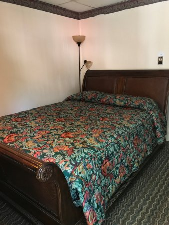 Hillsdale, NY: Queen room with Antique Sleigh Bed