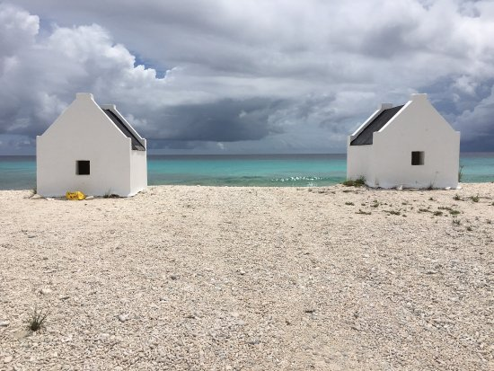 Kralendijk, Μπονέρ: The slave huts at White Pan and Orange and Red Pan