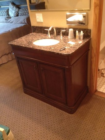 Soda Butte Lodge: Bath Vanity