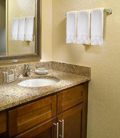 Chamblee, Geórgia: Guest Bathroom Vanity