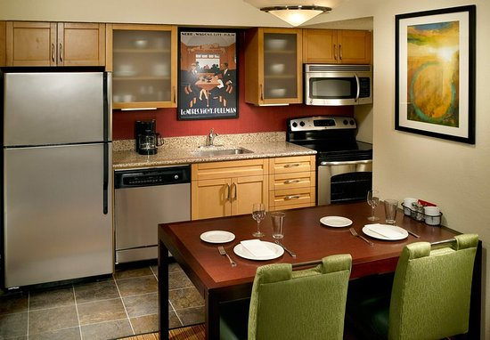 Chamblee, Geórgia: Two-Bedroom Bi-Level Suite Kitchen