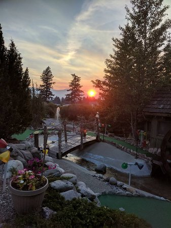 Windermere, Canada: Sunset on Ozzie's mini golf couse