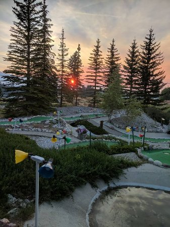 Windermere, Canada : Sunset view on Ozzie's mini golf couse