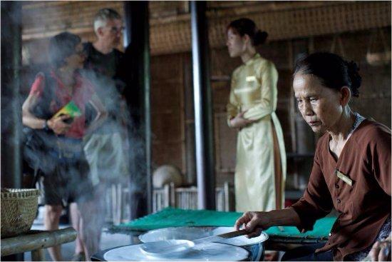 Provincia de Quang Nam, Vietnam: guest enjoy quang noodle making