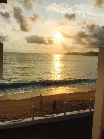 Hotel Barra de Navidad: Un hotel pequeño con una gran vista, la playa es para practicar surf y tiene muchas piedras es p
