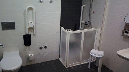 Atrium Hotel: Esta casa de banho está preparadada para deficientes