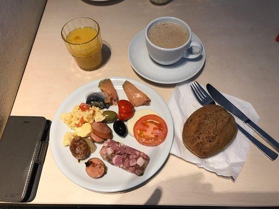 Neustrelitz, Alemania: Startgedeck beim Frühstücksbüffet
