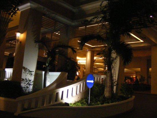 Lối Vao Cửa Chinh Của Ks Equatorial Q 5 Tphcm Picture Of