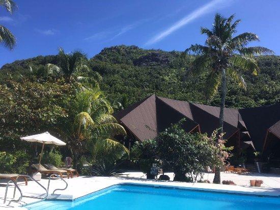 Anse la Blague, Seychellen: piscine et vue vers le restaurant