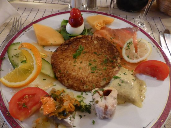 Saint-Jean-de-Daye, France: assiette de blini et différents poissons fumés