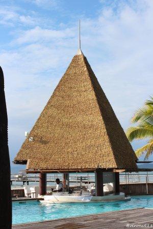 L'Escapade Island Resort : Bar avec sièges dans la piscine