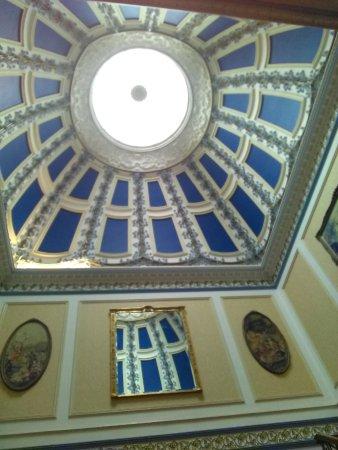 Pott Shrigley, UK: Atrium in entrance hall