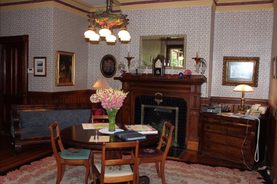 Elmwood Heritage Inn: The main reception area just inside the house - very welcoming!
