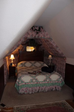 Elmwood Heritage Inn: A beautiful and comfortable queen sized bed in Rosa's room!
