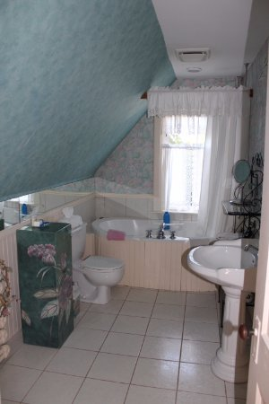 Elmwood Heritage Inn: Plenty of room in the Rosa's room bathroom!