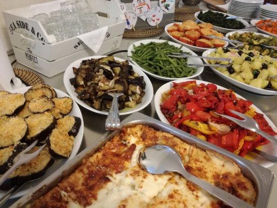 Hotel Donegal: Golosando qua e la! :-) Buffet super goloso, caldo e freddo, a pranzo e cena!