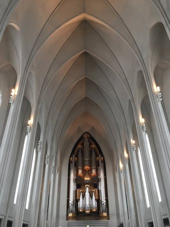 Hallgrimskirkja: The arched ceiling and pipe organ