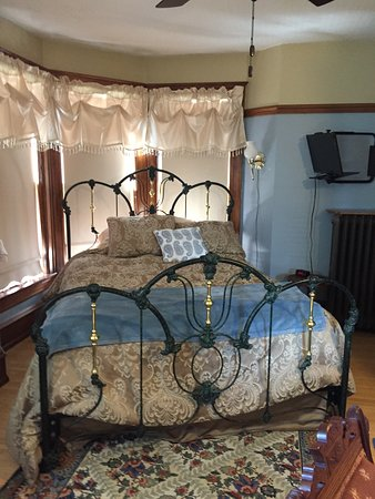 Franklin Street Inn Bed and Breakfast: Lovely iron/brass bed in the Rhodes room