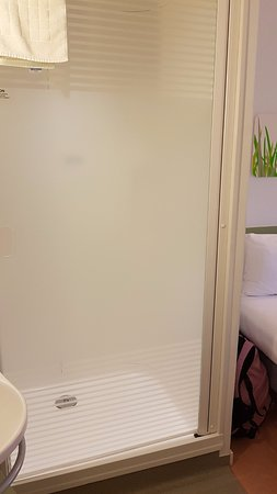 Hotel ibis budget Manchester Centre Pollard Street: Glass-screen shower opens directly into the hotel room -- NO privacy