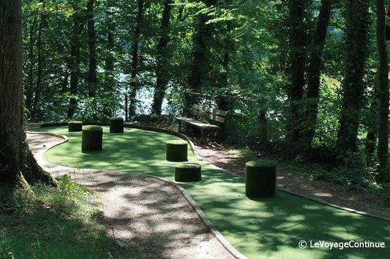 Sainte-Catherine-de-Fierbois, Francia: Minigolfplatz auf dem Campingplatz