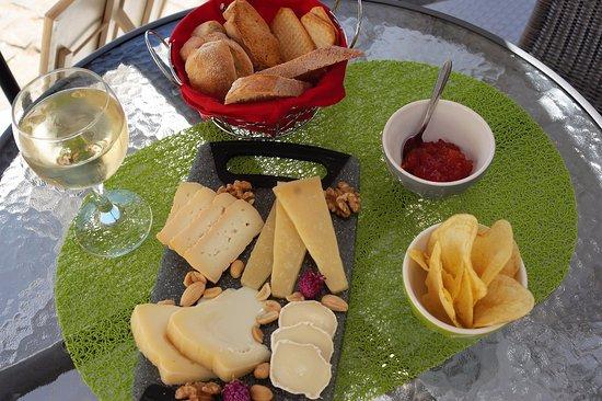 A Casa dos Poetas - Casa de Chá: Mini Tábua de queijos, doce de tomate, tostas e pão do monte,  batata chips,
