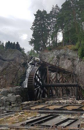 Vikersund, Noruega: The water-wheel working even after several weeks of no rain