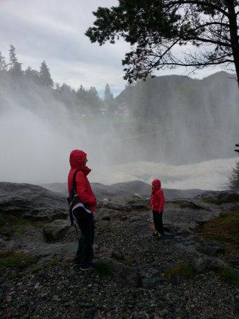Vikersund, Noruega: Near the Haugfoss waterfall on a sunny day after a rainy spell.