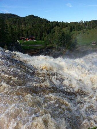 Vikersund, Noruega: Haugfoss waterfall in flood!