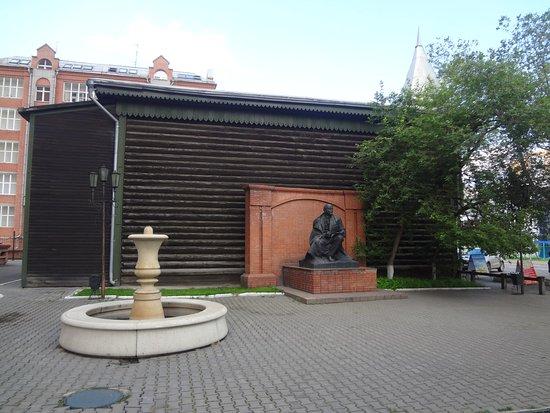 Lenin House: Памятник во дворе