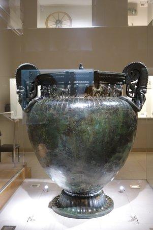 Chatillon-sur-Seine, Γαλλία: The huge bronze vase - awesome!