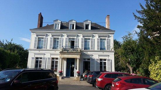 Hotel l'Ecrin: Front of the Horel, showing car park