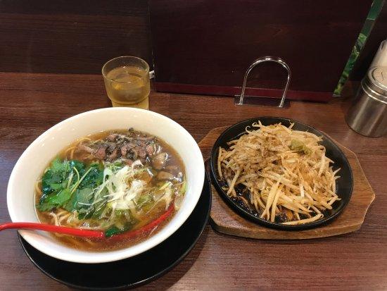Nonoichi, Japon : 軍鶏麺とモヤシ炒め