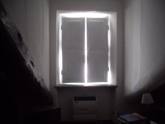 Foresteria degli Artisti : finestra stanza senza tende