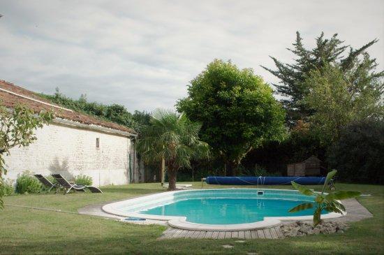 Aumagne, Франция: tuin met zwembad