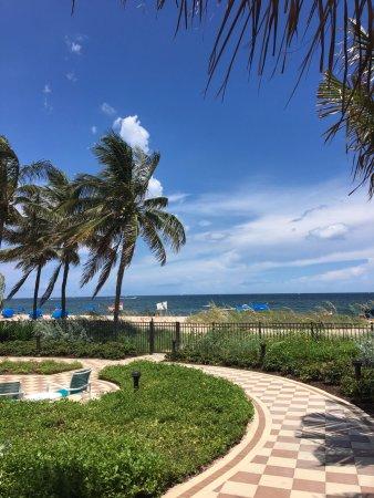 Residence Inn Fort Lauderdale Pompano Beach/Oceanfront: Walkway to the beach