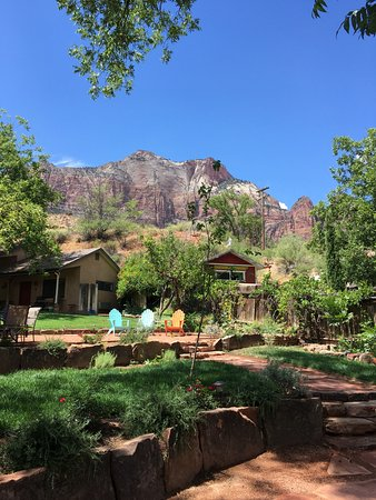 Red Rock Inn Bed and Breakfast Cottages: View from the patio of the cottage