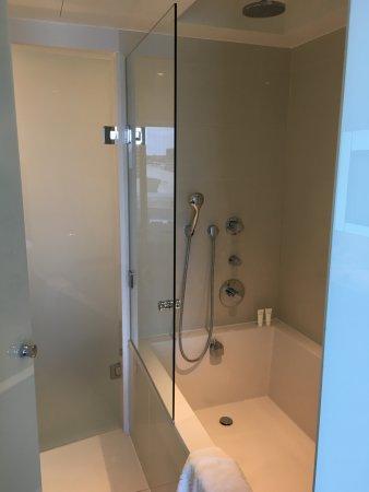 Badkamer, met tweepersoonsbad. Moderne douche (in het bad ...