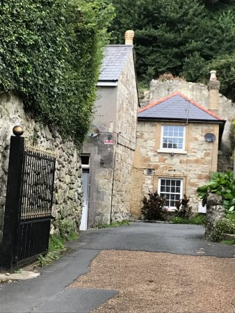 Bonchurch, UK: Entrance to the courtyard