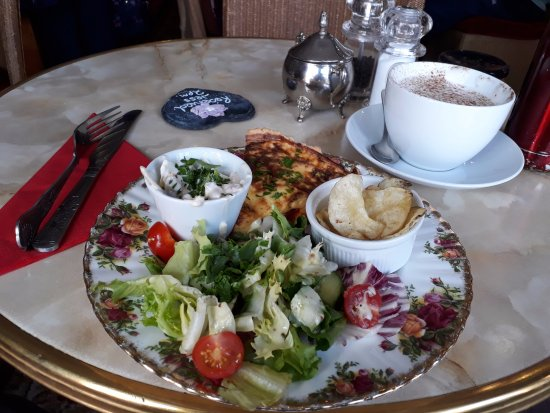 Pembridge, UK: Sundried tomato Quiche and chai latte