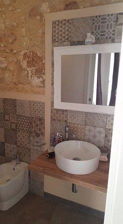 Un bagno contemporaneo tra classico e moderno dalla doccia a vetri ...